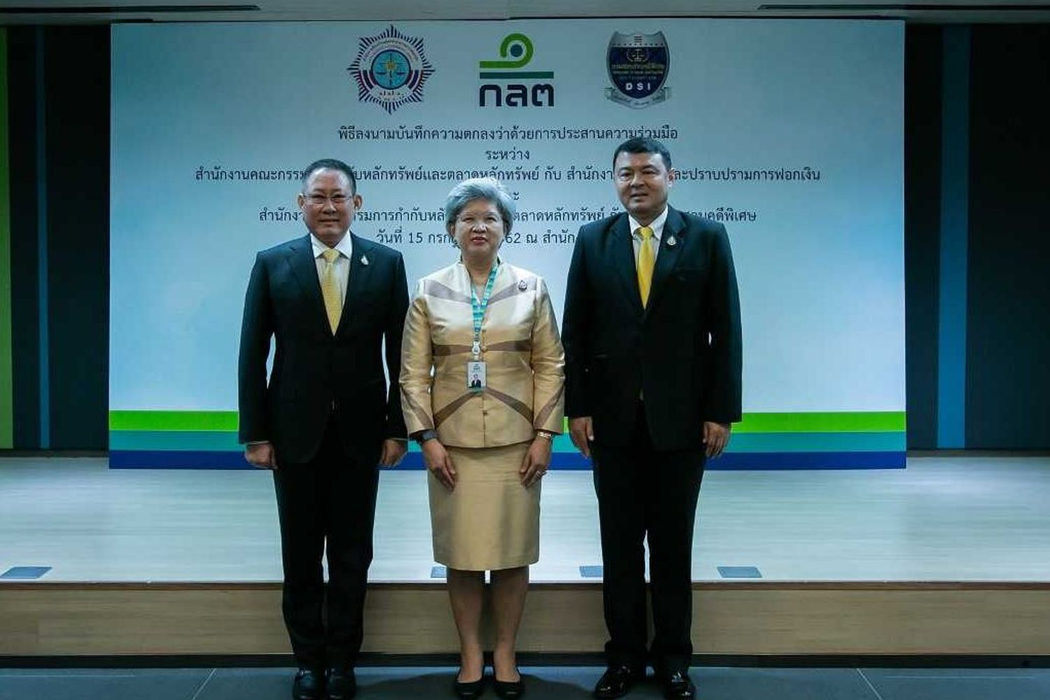 (From left) Pol Maj Gen Preecha Jaroensahayanon, deputy secretary-general and acting secretary-general of Amlo, Ruenvadee Suwanmongkol, acting secretary-general of SEC, and Pol Col Paisit Wongmuang, director-general of DSI, pose for a photo after signing a memorandum of understanding on the new reporting rule. (Photo supplied by Securities and Exchange Commission)
