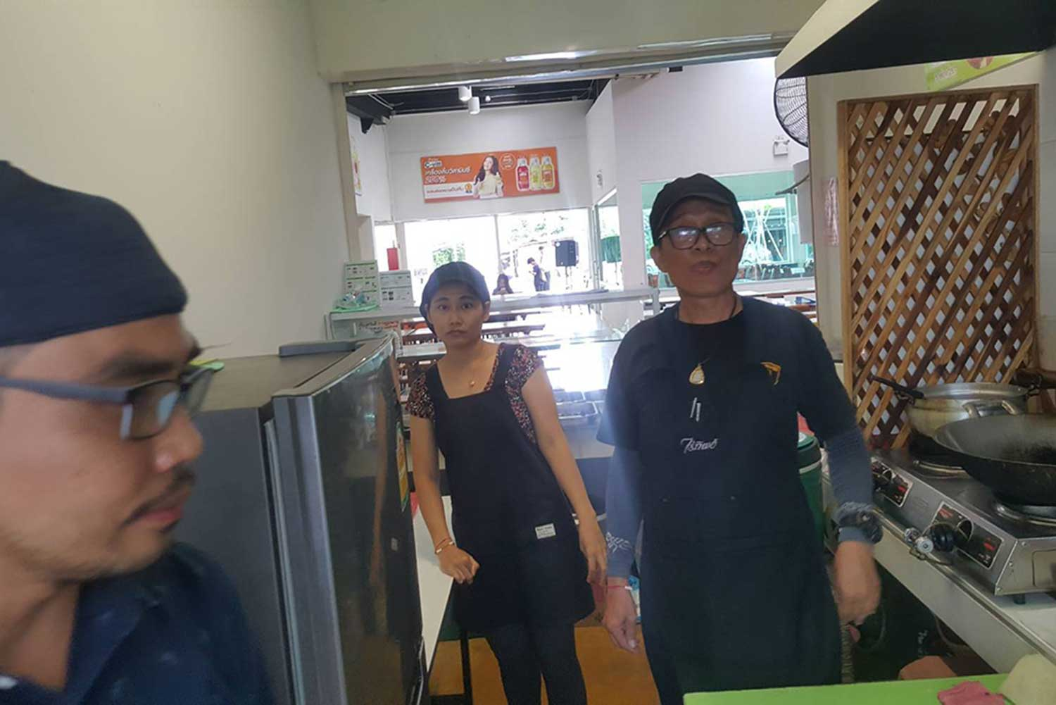 Chayaphol Dokmai-ngam (right), 54, and his wife Suthicha or Tik Suphan, 39, a couple wanted on more than 50 arrest warrants for alleged fraud, are caught at a food shop in Chiang Mai province. (Supplied photo via Wassayos Ngamkham)