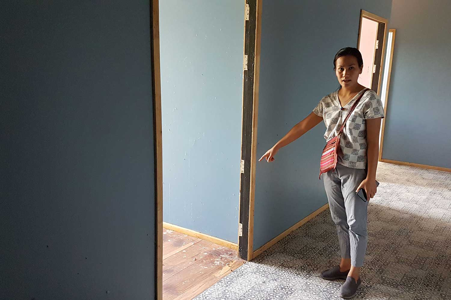 Phakamas In-tap shows where burglars removed two of nine wooden doors from her house in Bang Rakham district of Phitsanulok. (Photo by Chinawat Singha)