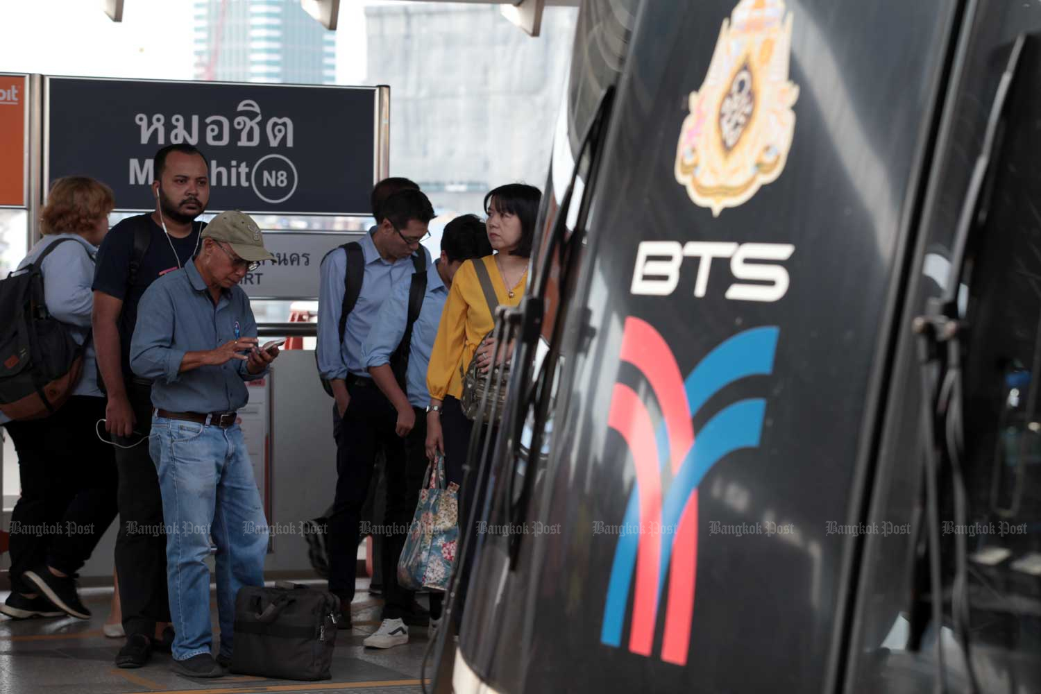BTS passengers will receive a full refund if a train is delayed more than 30 minutes, according to a Department of Rail Transport source. (Photo by Chanat Katanyu)