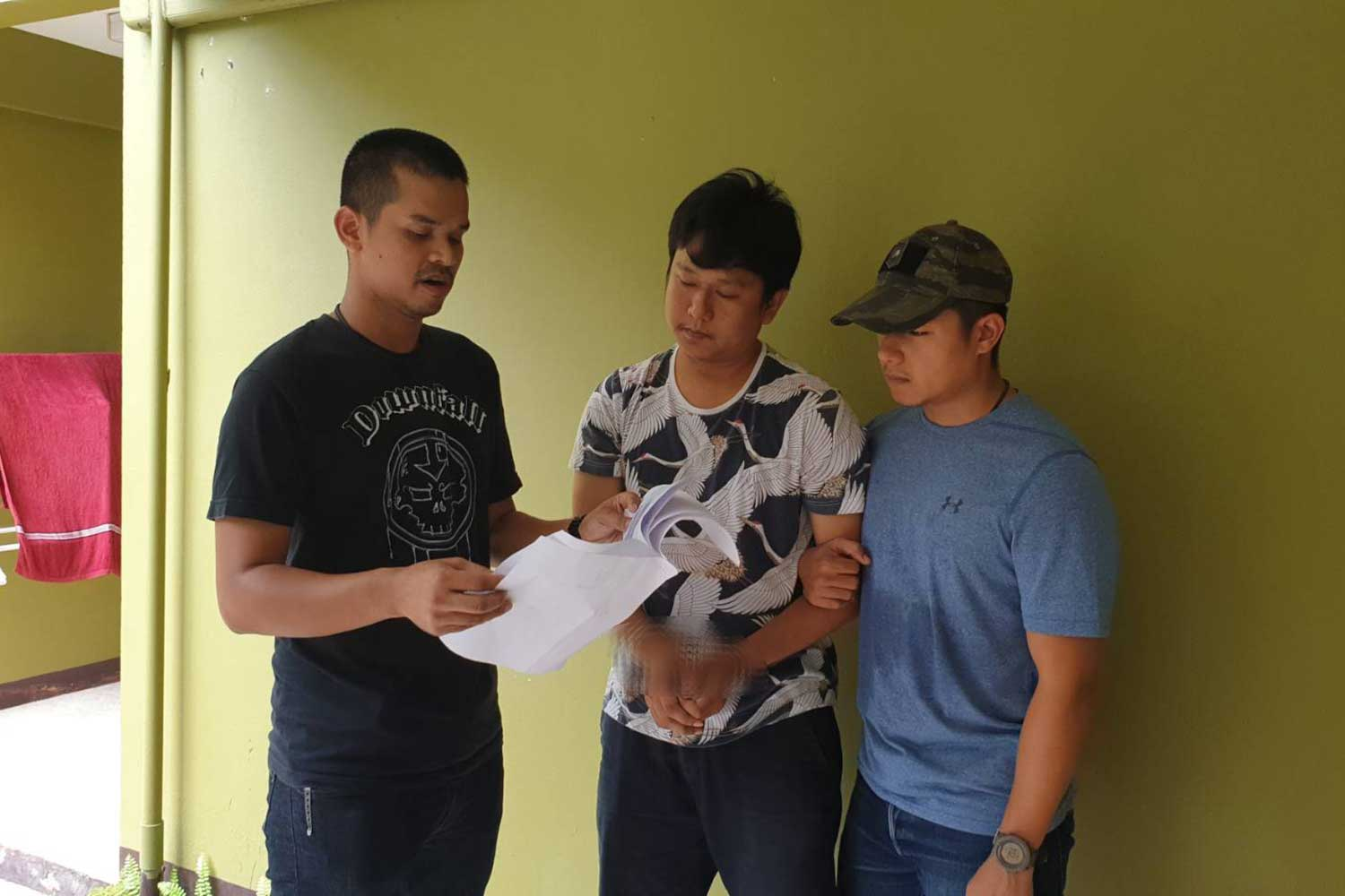 Plainclothes officers from the Crime Suppression Division arrest Suspect Jirasak Singchai (centre), 31, at a rented room in Bangkok's Lat Krabang district. The man is wanted on five arrest warrants for fraud over online shopping scams. (Photo supplied by the Crime Suppression Division)