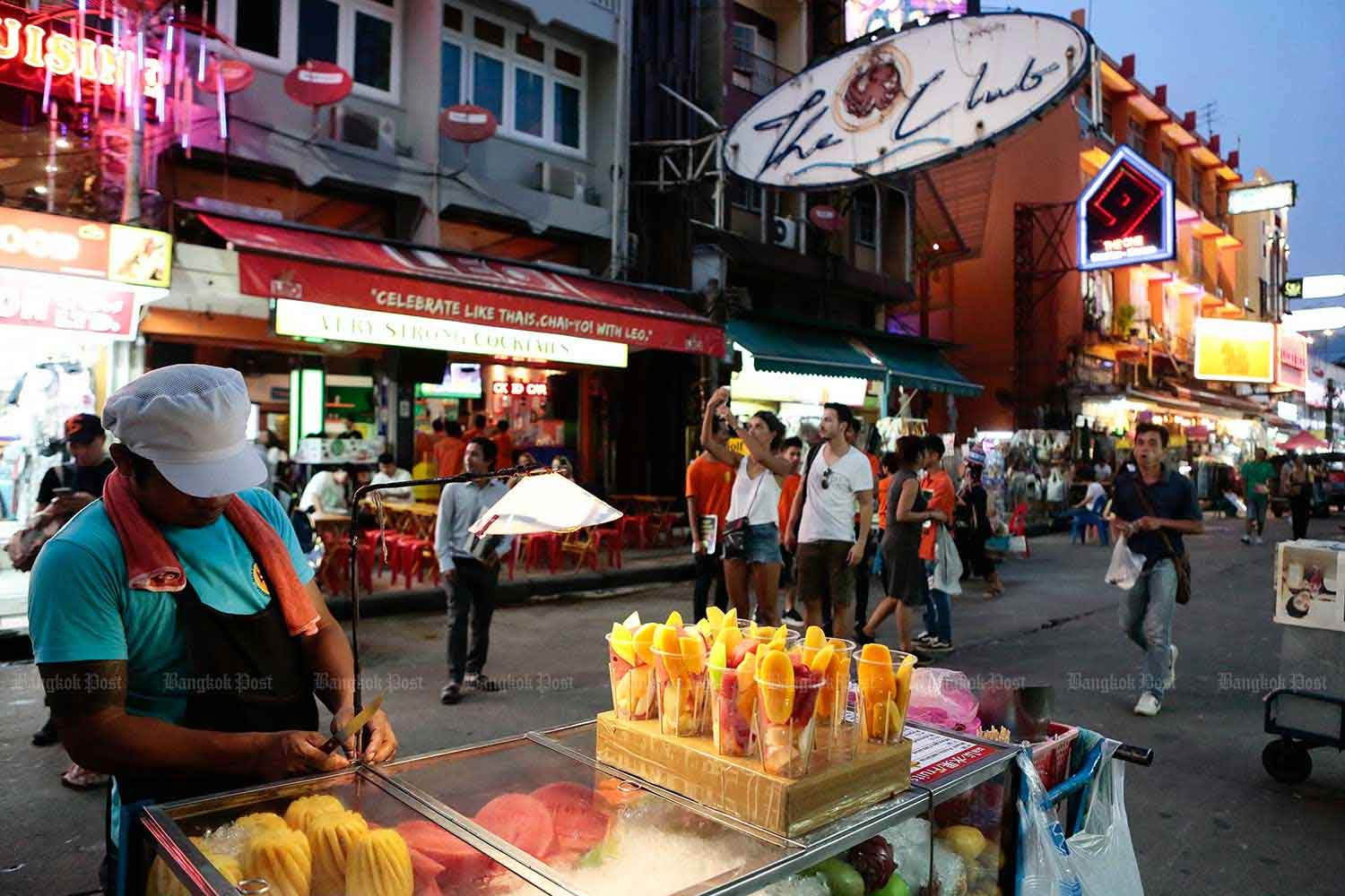 City Hall will improve Khao San Road by repaving it and setting specific areas for vendors. (Bangkok Post photo)