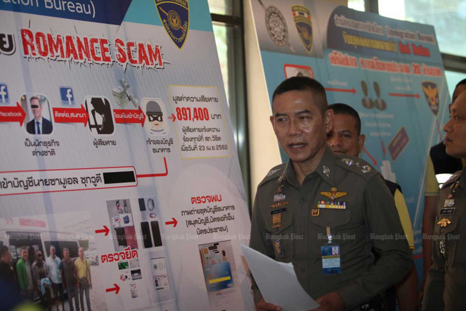 Pol Lt Gen Sompong Chingduang, acting Immigration Bureau commissioner, on Thursday explains the charts detailing fraud allegedly committed by a Korean man and a romance scam perpetrated by a Nigerian. (Photo by Apichart Jinakul)