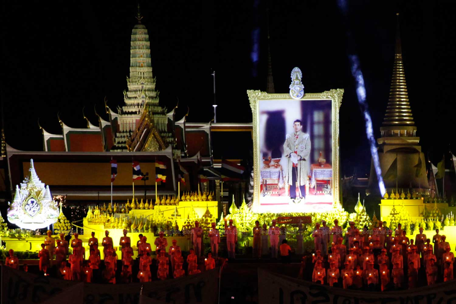 Well-wishers hold candles to celebrate His Majesty the King's 67th birthday at Sanam Luang on Sunday. (Photo by Wichan Charoenkiatpakul)