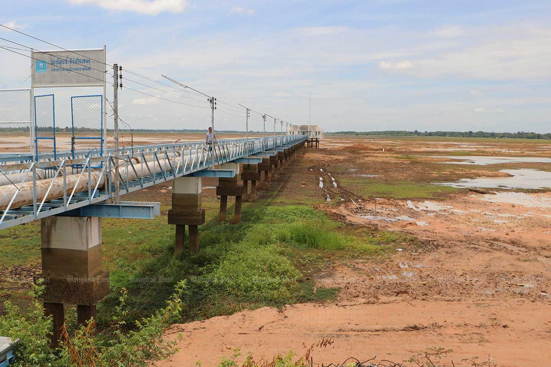 Drought hits Huay Saneng reservoir in Surin's Muang district. (Bangkok Post photo)