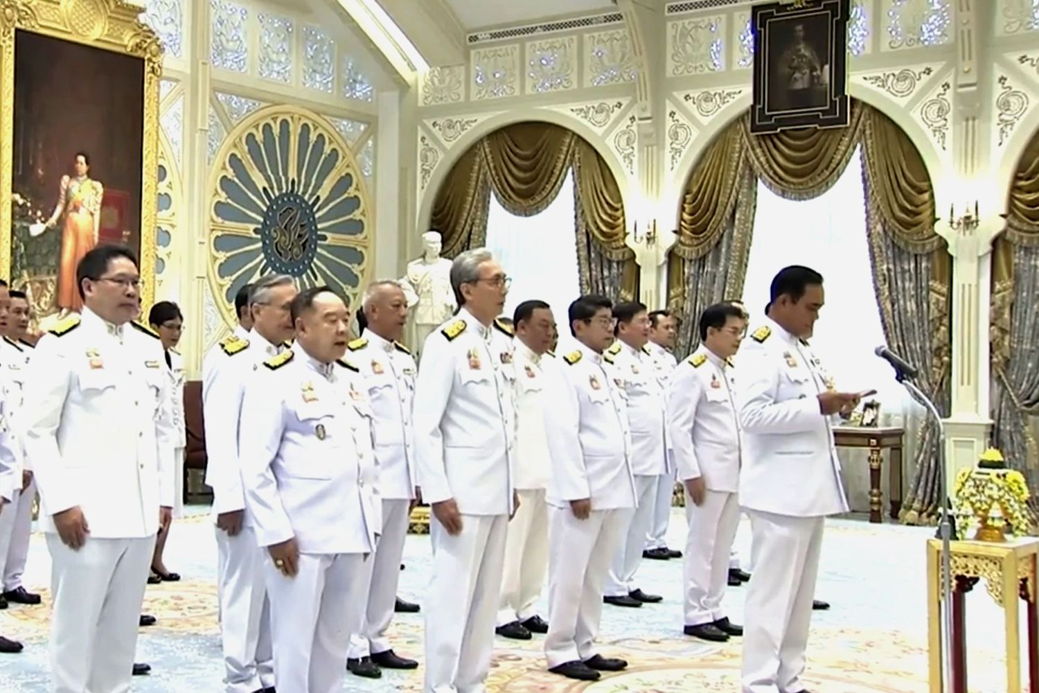 Prime Minister Prayut Chan-o-cha leads cabinet ministers to swear an oath before Their Majesties at Dusit Throne on July 16. (Pool TV photo)
