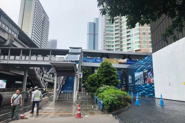 Police close the area near the Chong Nonsi BTS station after two loud bangs were heard there on Friday. (Photo from @js100radio Twitter account)