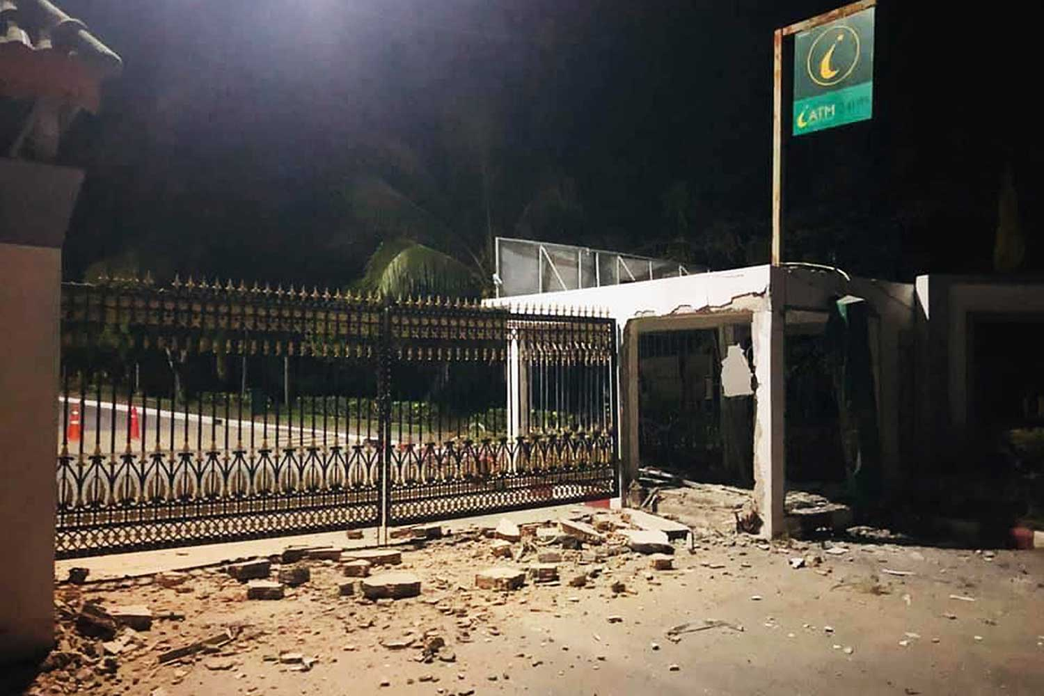 Islamic Bank ATM damaged by bomb in Pattani. (Photo by Abdullah Benjakat)