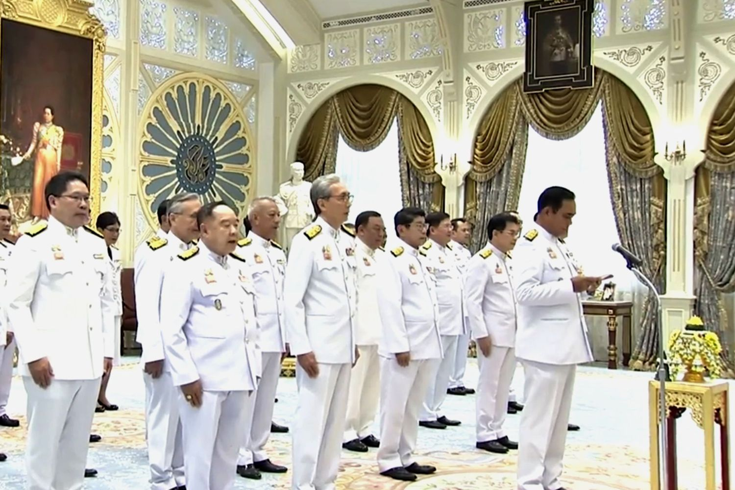 Cabinet ministers swear an oath before Their Majesties at the Dusit Palace on July 16. (Photo taken from TV Pool)