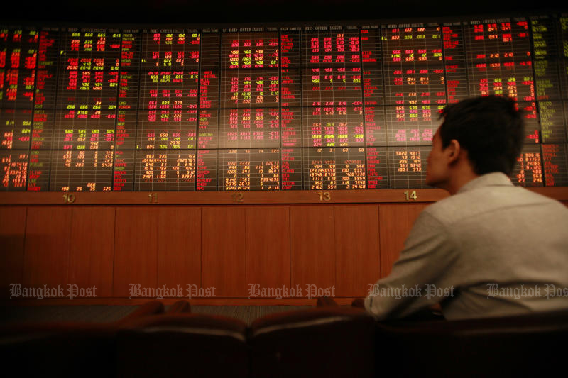 The SET index plunges 1.11% to 1,665,99 on Monday while other Southeast Asian markets are also down. (Bangkok Post file photo)