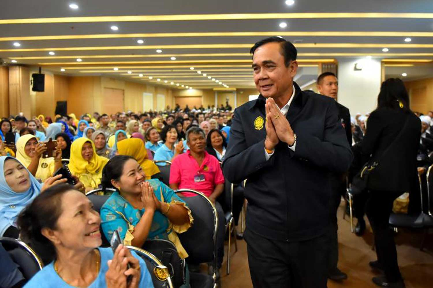 Prime Minister Prayut Chan-o-cha greets Yala residents during his visit to the southern border province on Wednesday. (Government House photo)