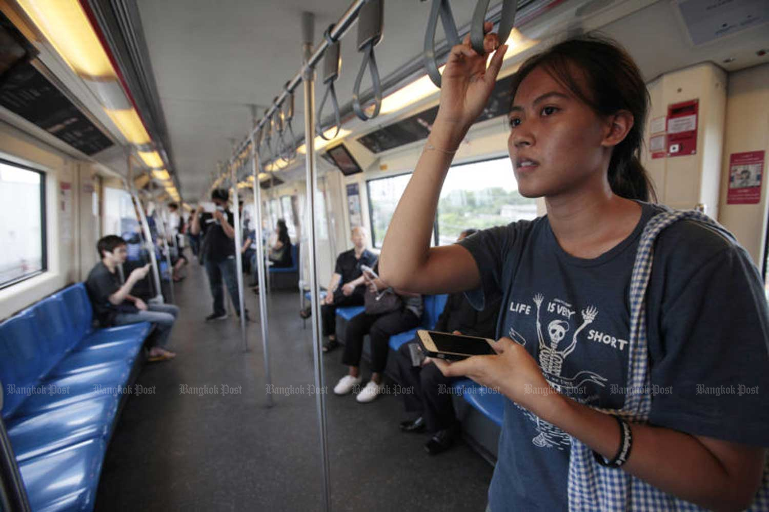 Prime Minister Prayut Chan-o-cha has quashed the proposal to introduce a 15-baht flat-rate fare on state-run electric train routes. (Bangkok Post file photo)