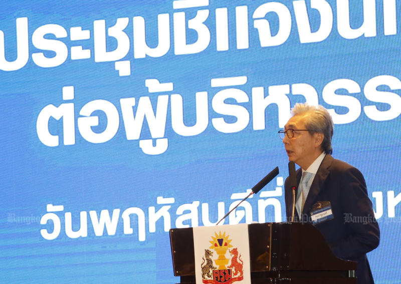 Deputy Prime Minister Somkid Jatusripitak outlines the economic policy to senior officials and state enterprise executives at Impact Muang Thong Thani on Thursday. (Photo by Pattarapong Chatpattarasill)
