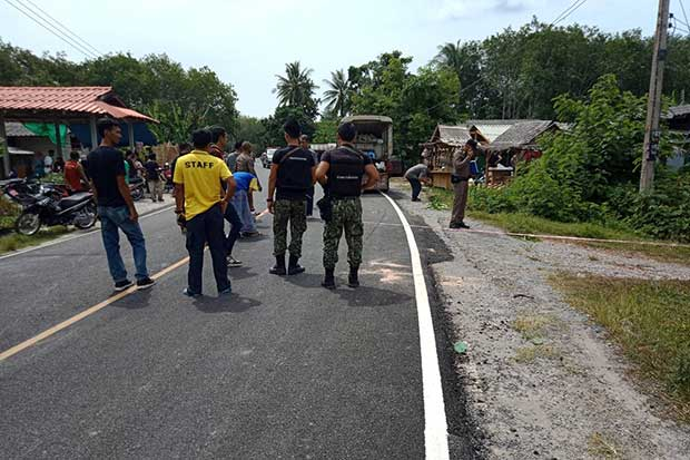 Security authorities inspect an area where a former insurgent leader was shot to death in Thepa district in Yala province on Thursday. (Photo by Assawin Pakkawan)