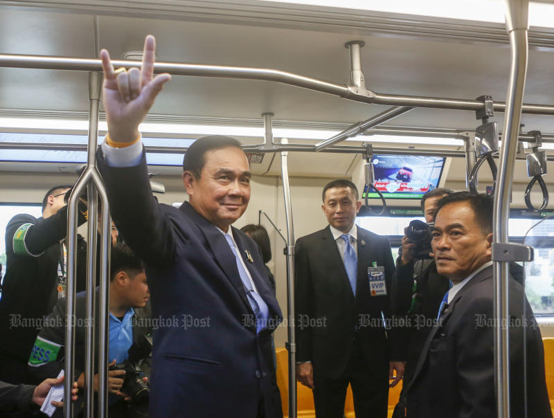Prime Minister Prayut Chan-o-cha flashes the 'I Love You' sign during the opening of the Mo Chit-Ha Yaek Lat Phrao-Khu Khot extension of the BTS Green Line on Friday. (Photo by Pattarapong Chatpattarasill)