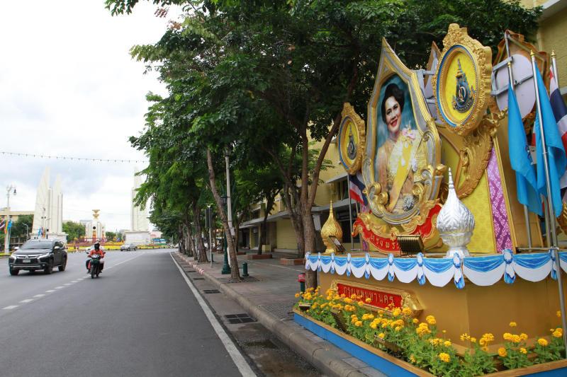 The image of Her Majesty Queen Sirikit is seen on Ratchadamnoen Avenue. (Photo by Pawat Laopaisarntaksin)