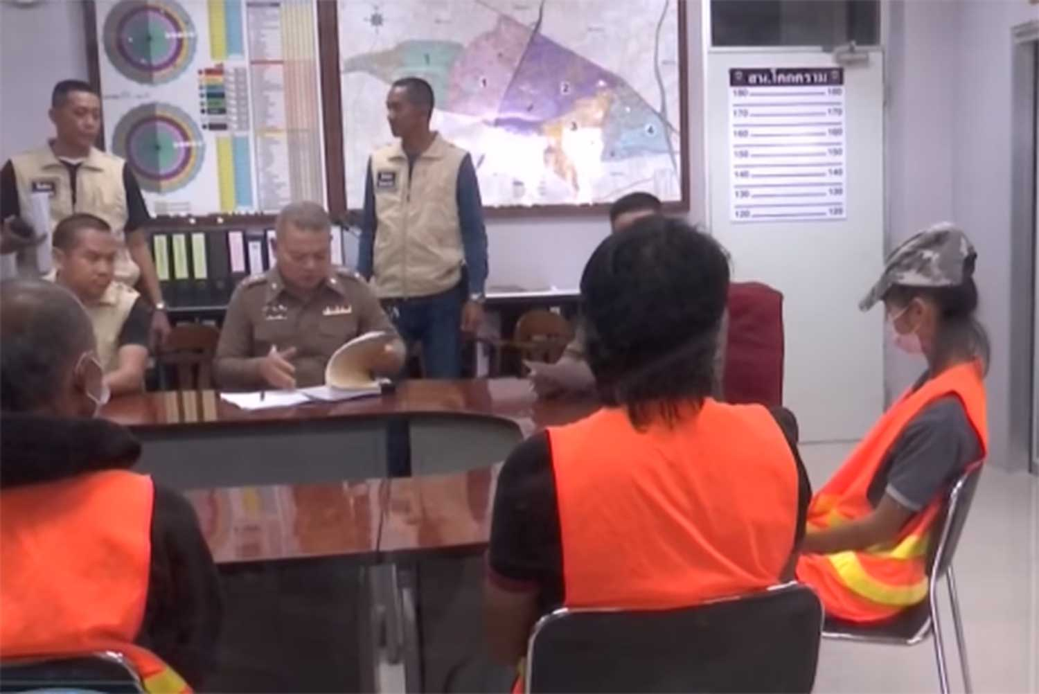 Police question Kanchana Srisang, 25, right, and two other men, Prachoen Krabinrot, 40, and Dao Chaengpradit, 35, after they were arrested on charges of attempted murder of Uamduan Srisang, 55, Ms Kanchana's mother. (Image captured from TV footage)