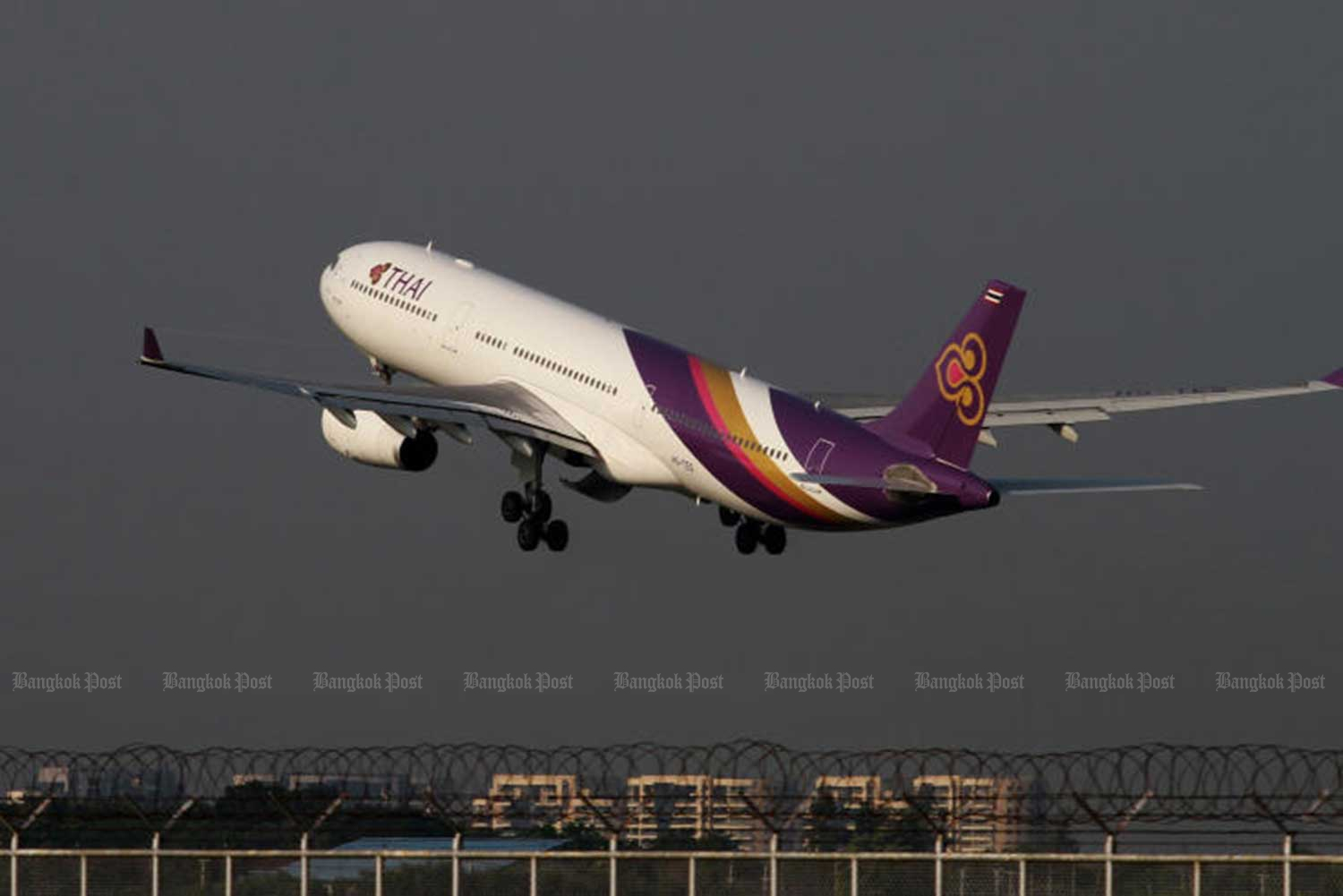 Thai Airways International announces moves to reduce expenses and increase revenues,  to tackle its massive outstanding debt of 100 billion baht. (File photo)