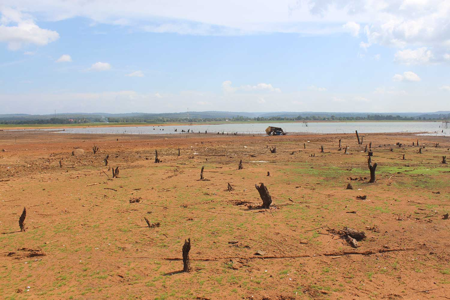 The Lam Sae reservoir, the main source of water in Khon Buri district of Nakhon Ratchasima, is drying up. (Photo by Prasit Tangprasert)