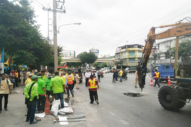 Hole appears in middle of Rama IV Road