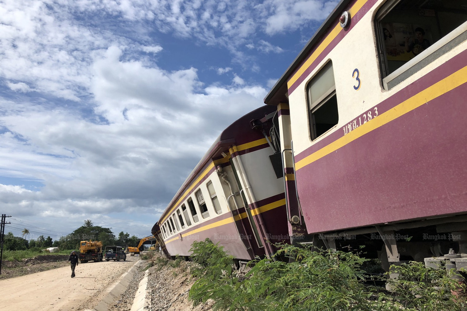 Six cars of train No.255 from Thon Buri to Lang Suan station jumped off the southern track in Cha-am district of Phetchaburi province on Monday. (Photo by Chaiwat Satyaem)