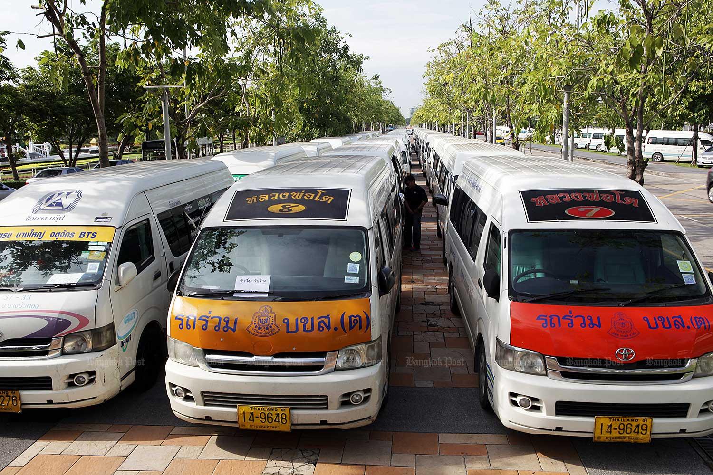 Activists urge govt to ban old vans