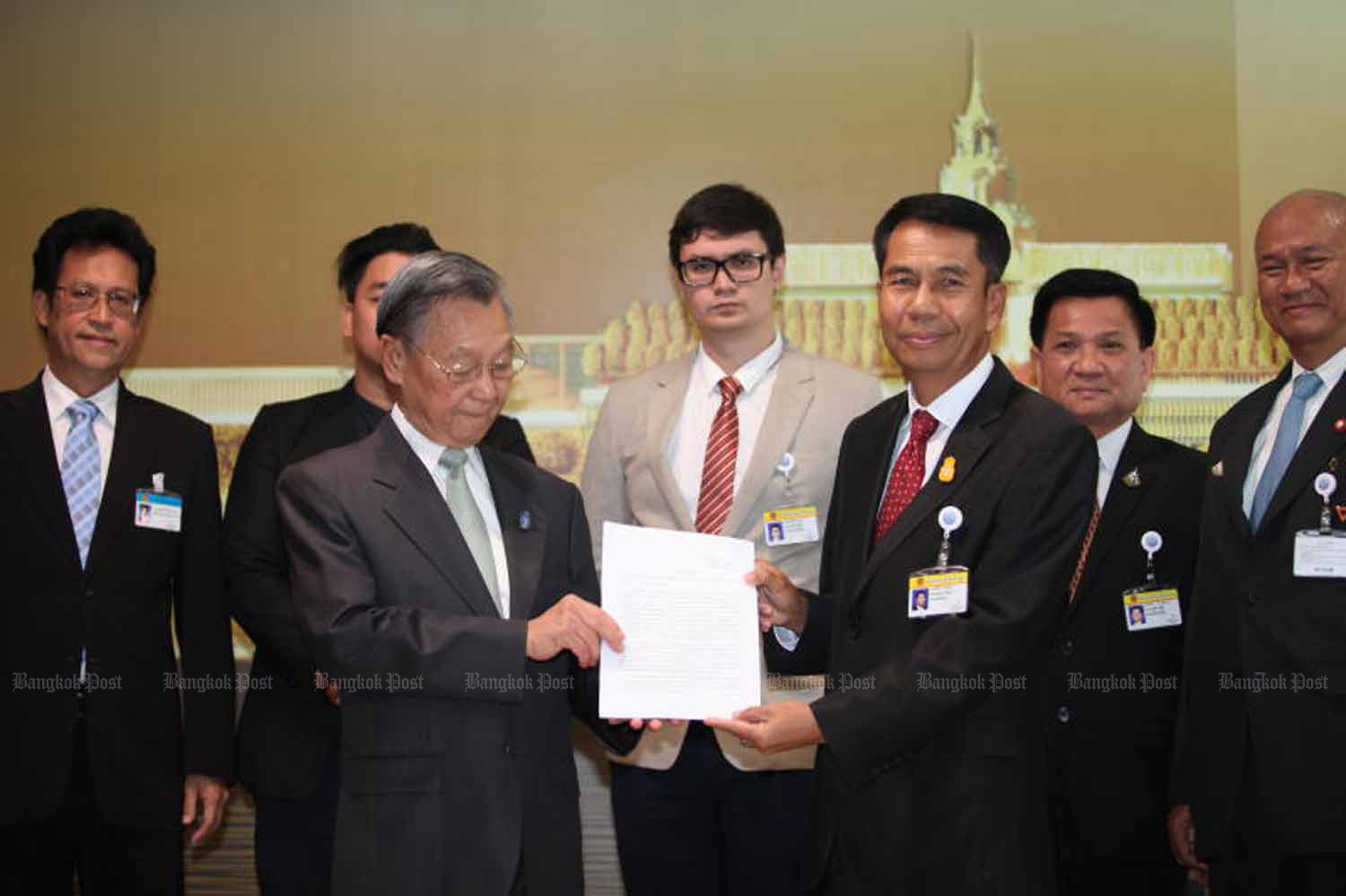 Opposition chief whip Suthin Khlangsaeng, right, files the opposition's general debate motion with House Speaker Chuan Leekpai at the parliament in Bangkok last Friday. (Photo by Apichart Jinakul)