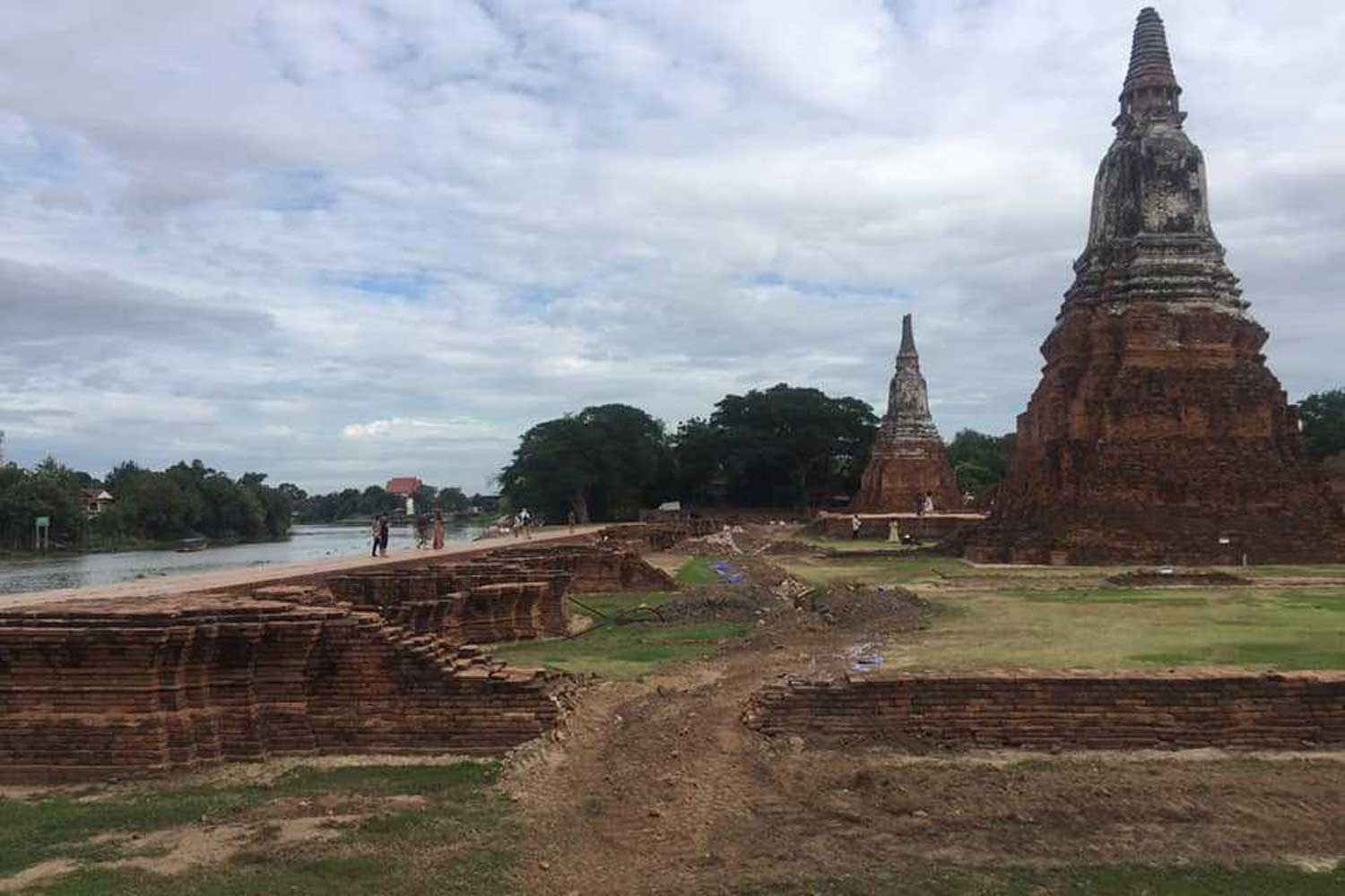 Part of this brick wall at historical Wat Chaiwatthanaram in Phra Nakhon Si Ayutthaya district of Ayutthaya province was dismantled during installation of an underground electrical cable. (Photo by Suthon Pongpao)