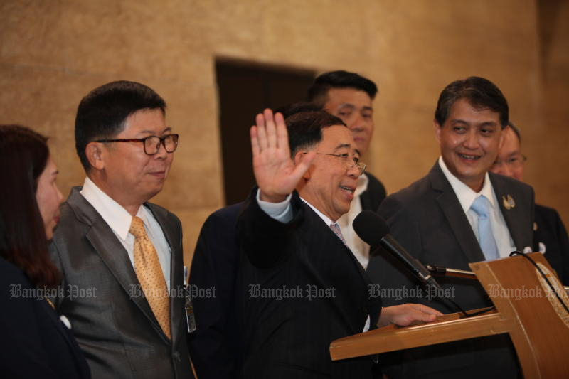 Mingkwan Sangsuwan assures the media there are no renegades in the New Economics Party and they all remain loyal members of the opposition bloc - despite reports to the contrary. (Photo by Apichart Jinakul)