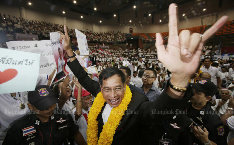 Former Metropolitan Police Bureau chief Pol Lt Gen Kamronwit Thoopkrachang reacts to supporters after his decision to contest a provincial administration organisation election in Pathum Thani province on Thursday. (Photo by Apichit Jinakul)