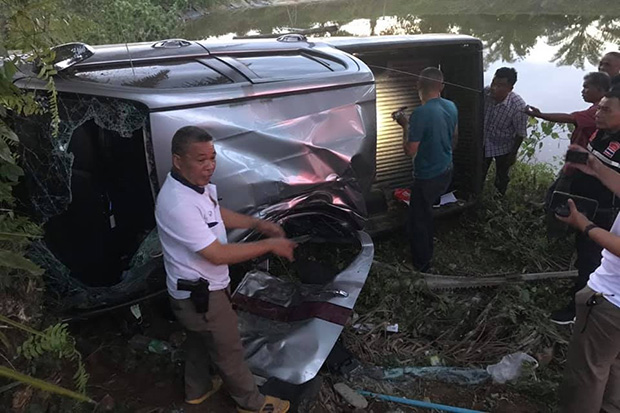 A police pick-up overturned in Sichon district in Nakhon Si Thammarat province on Sunday, killing one junior officier and injuring two other officers. (Photo by Nujaree Raekrun)