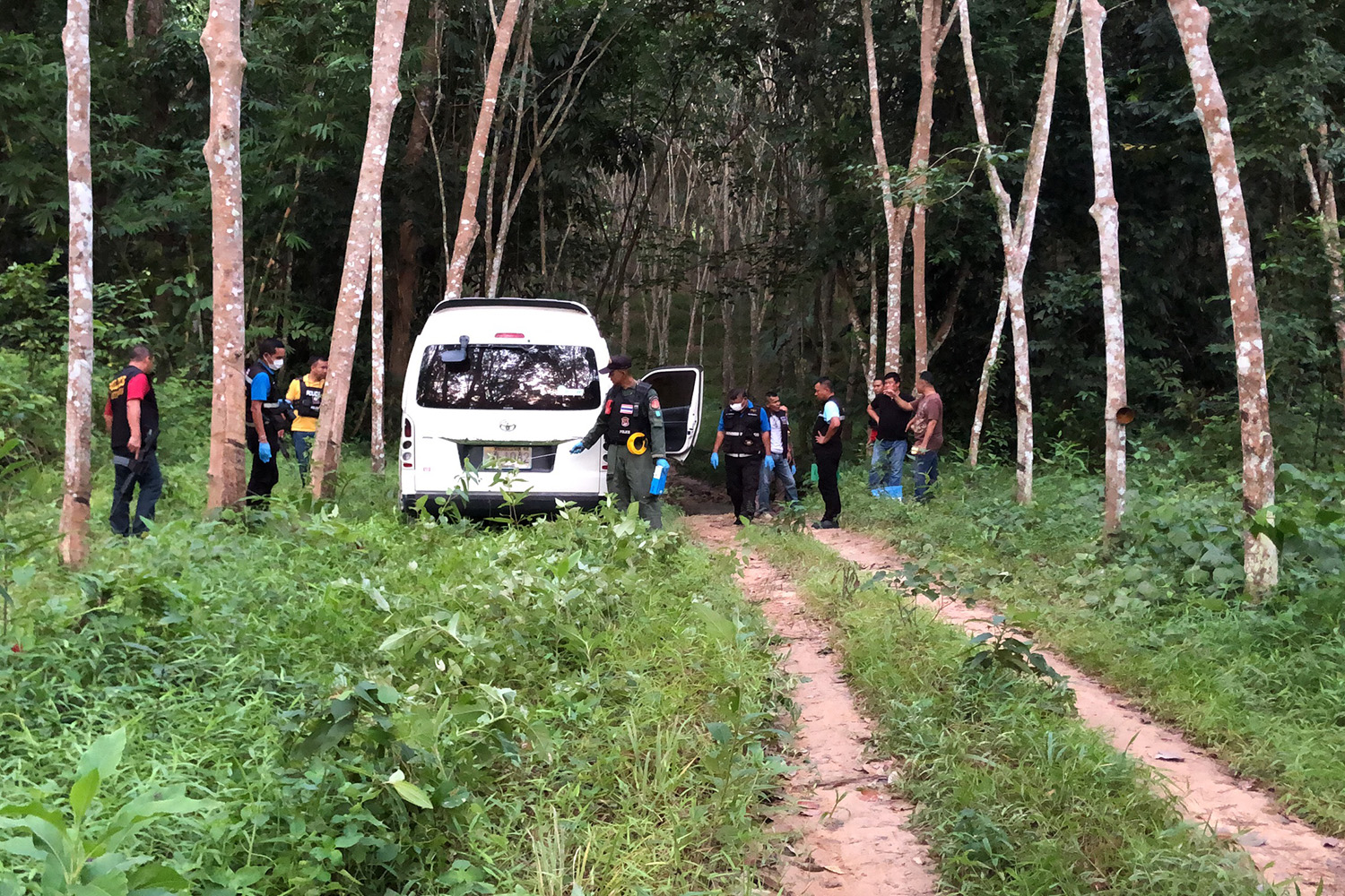 Police find a van used by armed men in the gold robbery in Na Thawi district in a rubber plantation, about 15 kilometres from the gold shop. (Photo by Assawin Pakkawan)