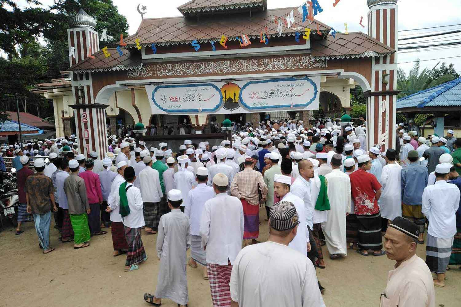 Several thousand local Muslims attend the funeral of insurgent suspect Abdulloh Esomusor at the Miftahul Jannah mosque in tambon Tabing of Sai Buri district, Pattani, on Monday morning. (Photo by Abdulloh Benjakat)