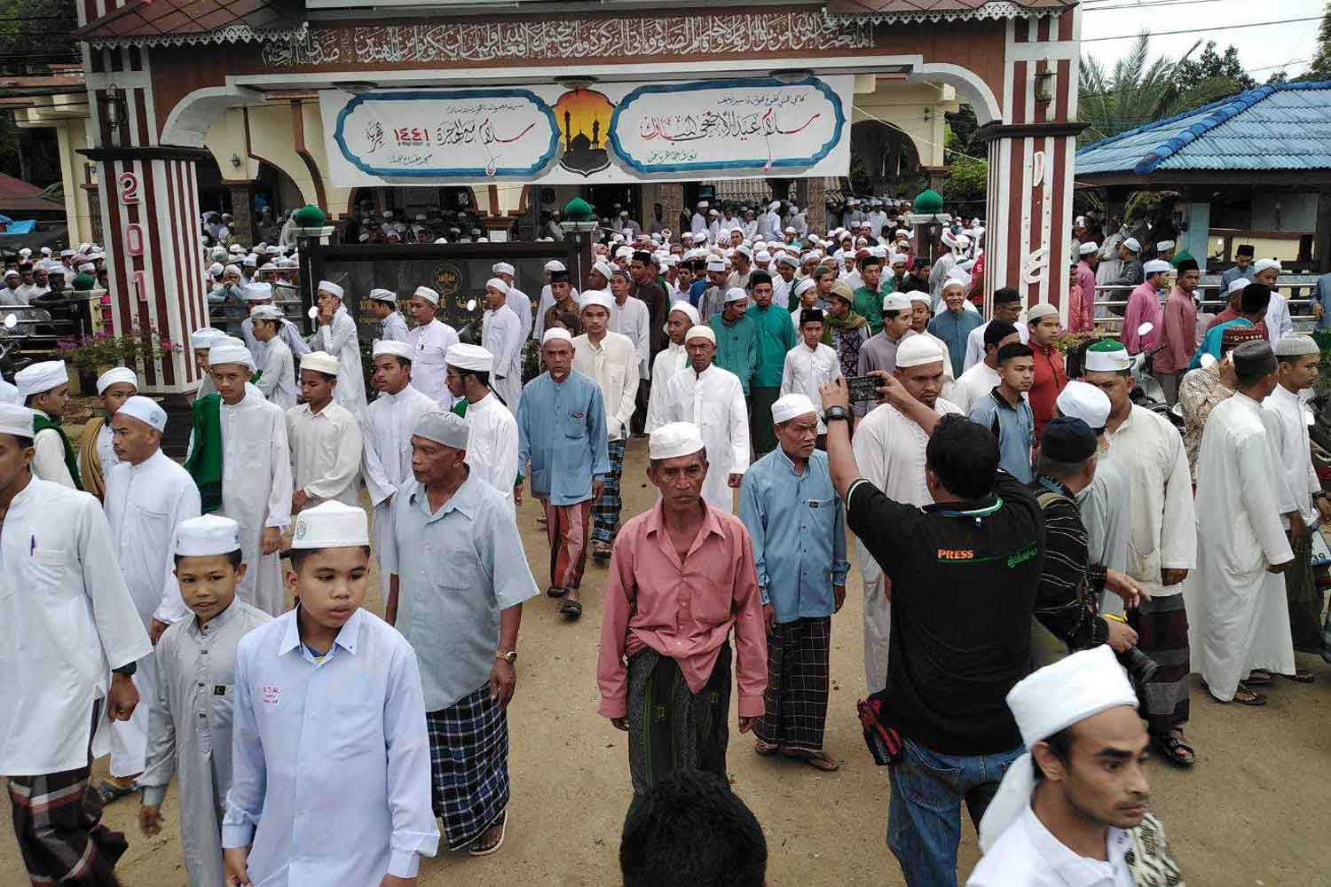 A large crowd of Muslims attends the funeral of insurgent suspect Abdulloh Esomusor at Miftahul Jannah mosque in Sai Buri district, Pattani, on Monday. (Photo by Abdullah Benjakat)