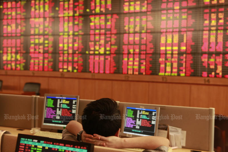 The SET index plunges more than 1% on Monday, following the trend of other markets in Asia due to renewed fear of trade war. (Bangkok Post photo)