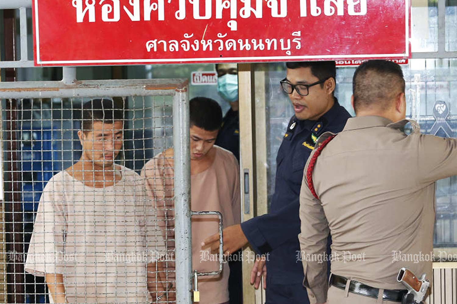 Zaw Lin (left) and Win Zaw Htun arrive at the Provincial Court in Nonthaburi province to hear the Supreme Court's decision on Thursday. (Photo by Pattarapong Chatpattarasill)
