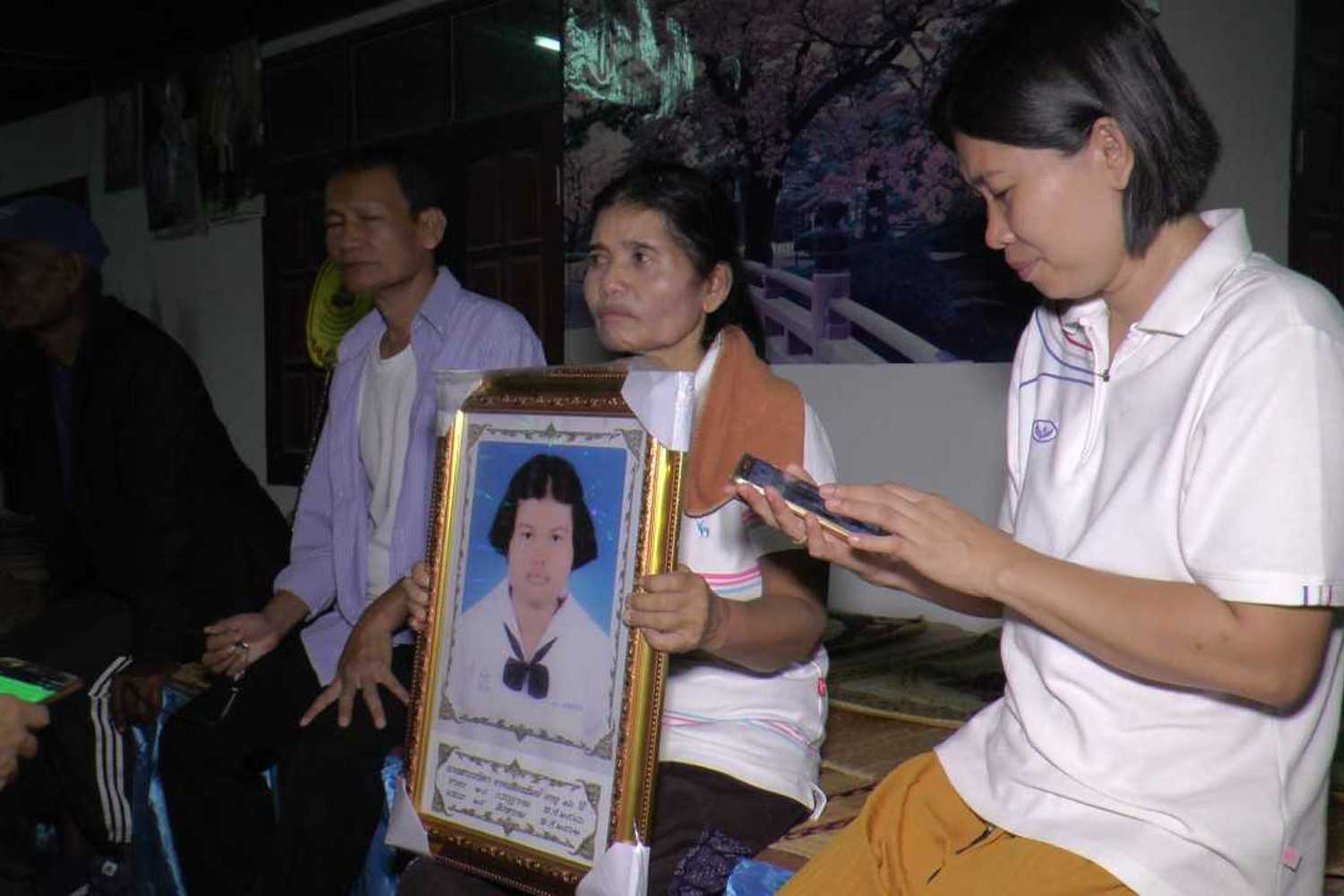 The family of Wanida Atsiangram mourns her sudden death, blamed on papaya salad with raw crab and fermented fish, at her home in Muang district of Buri Ram on Thursday. (Photo by Surachai Piragsa)