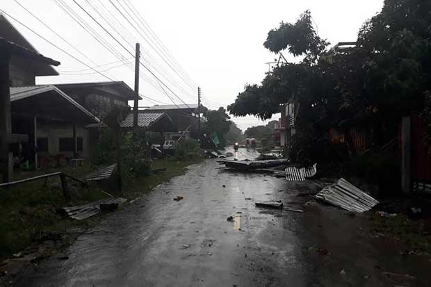 Storm Podul brings damage to houses and cause a power outage in Huai Phung district in Kalasin on Friday. (Photo from Kalasin Disaster Prevention and Mitigation Office)