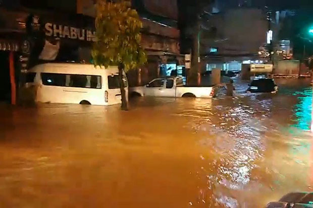 Flooding that struck Muang district in Roi Et on Friday night has left cars submerged and roads impassable. (Photo by @fm91trafficpro Twitter account)