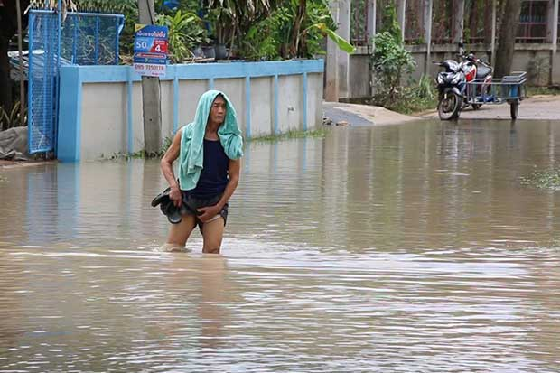 A man wades through floodwater on a road in Ban Phai district of Khon Kaen on Sunday. (Photo by Chakrapan Nathanri)