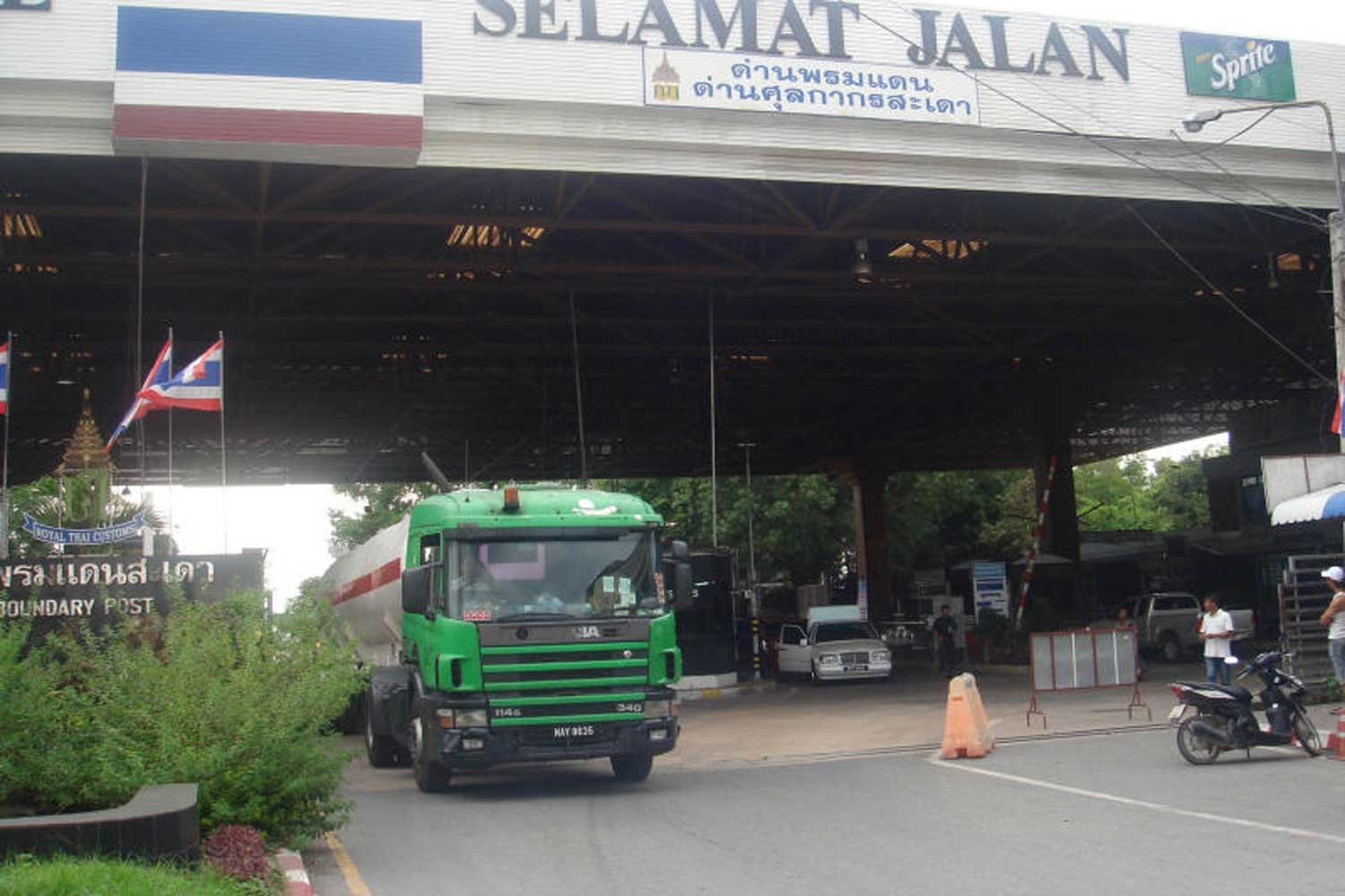 An oil truck from Malaysia passes the border at Sadao checkpoint in Songkhla. (File photo by Wichayant Boonchote)