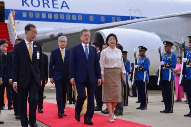 Deputy Prime Minister Somkid Jatusripitak welcomes South Korean President Moon Jae-in and his spouse upon their arrival for the official visit to Thailand on Sunday. (Photo from @MFAThai Twitter account)