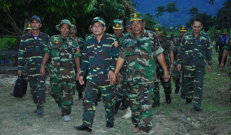 Lt Gen Srey Doek of Cambodia (right) walks with Maj Gen Soukai Phommasone from Laos during their meeting to end the border dispute between the two countries. (Photo by Fresh News via Khmer Times)