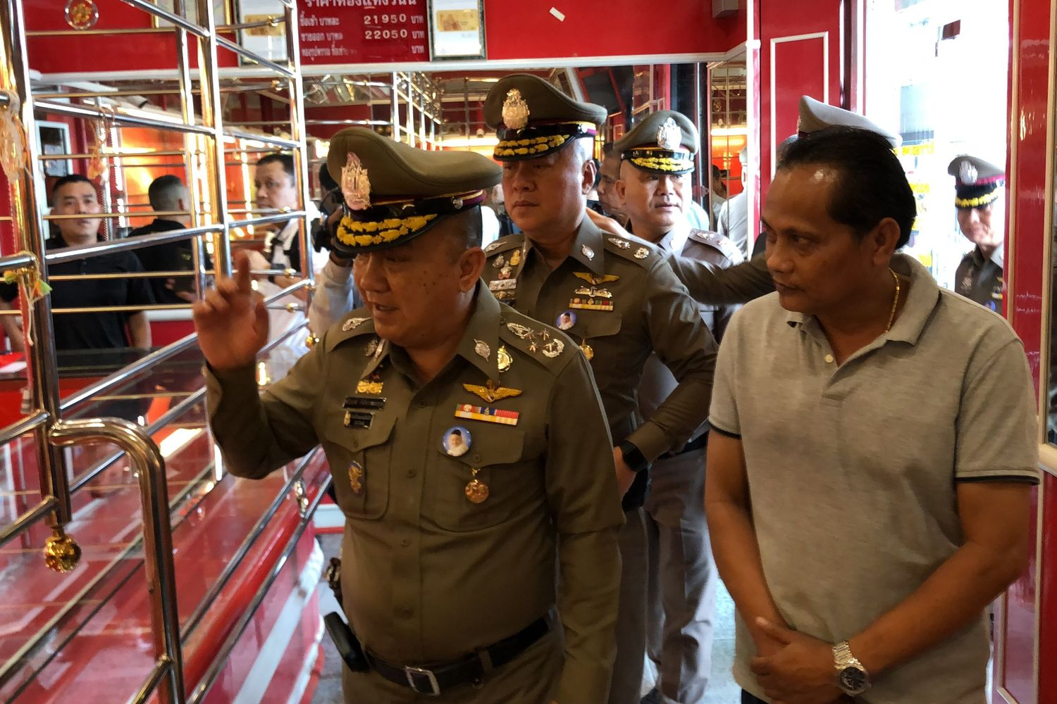 Deputy police chief Gen Srivara Ransibhramanakul (left) on Tuesday visits the gold shop that was robbed on Aug 24. The robbers made off with alsomost 50 million baht worth of gold. (Photo supplied by Assawin Pakkawan)