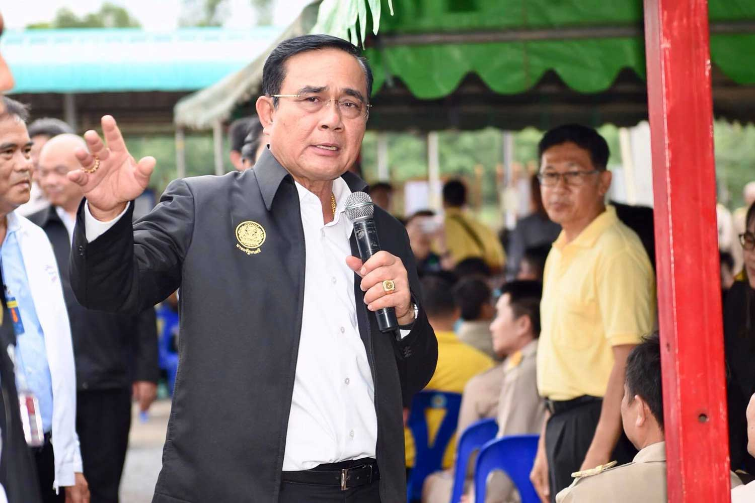 Prime Minister Prayut Chan-o-cha in his flood inspection trip upcountry on Wednesday. (Government House photo)
