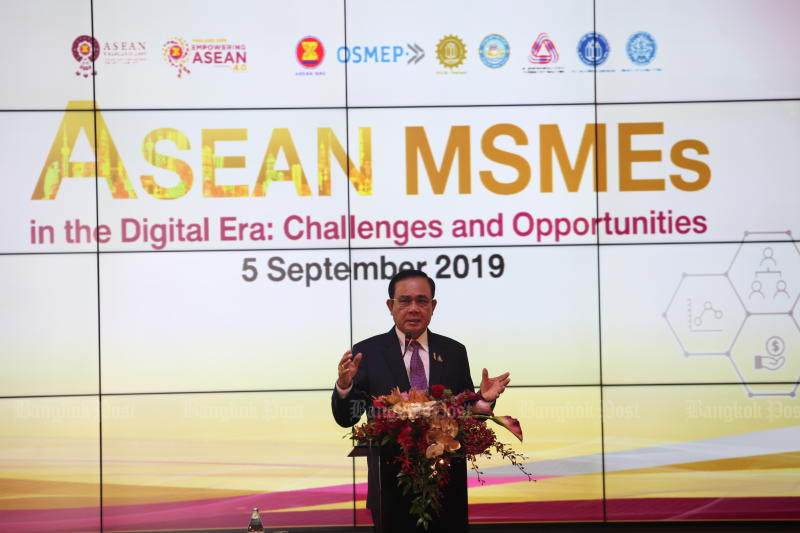 Prime Minister Prayut Chan-o-cha delivers a keynote speech to participants in a seminar on Asean micro-SMEs on Thursday. (Photo by Apichart Jinakul)