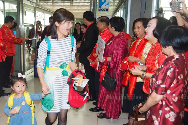 Suvarnabhumi airport officials on Feb 5, 2019, welcome Chinese tourists who selected Thailand as their destination during Chinese New Year. (Post Today photo)