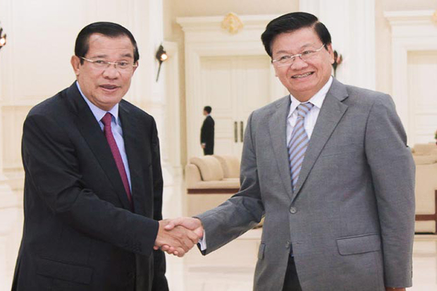 Prime Minister Hun Sen and Lao Prime Minister Thongloun Sisoulith at a press conference at the Peace Palace in Phnom Penh in 2017. (Khmer Times photo)