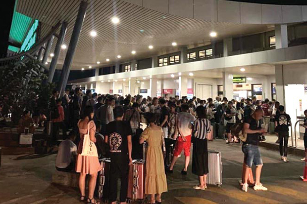 Hundreds of Chinese nationals wait to board flights out of Cambodia at Preah Sihanouk airport. (Khmer Times photo)