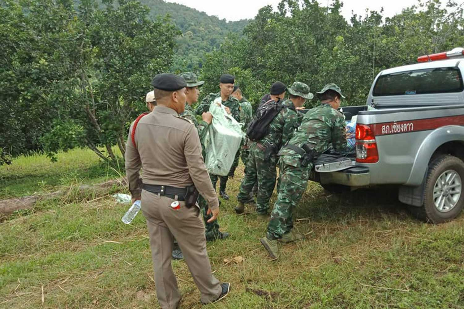 Officers put rucksacks containing 1.1 million speed pills on the back of a police pickup truck after smugglers abandoned them following a clash with a security patrol near the Myanmar border in Chiang Dao district, Chiang Mai, early on Tuesday. (Photo taken from Khon Khao Chiang Mai Facebook page)
